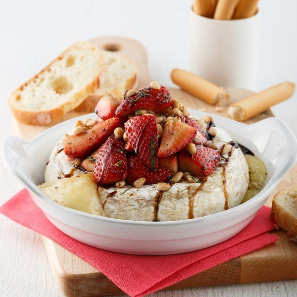 Brie fondant au caramel balsamique et fraises