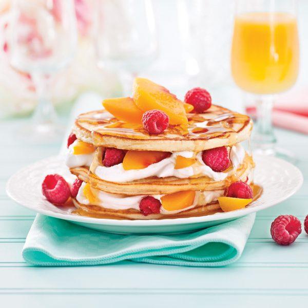 Étagé de pancakes fruités