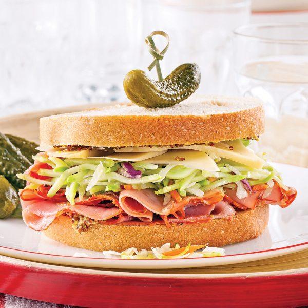 Sandwich au pain de seigle, pastrami et emmenthal