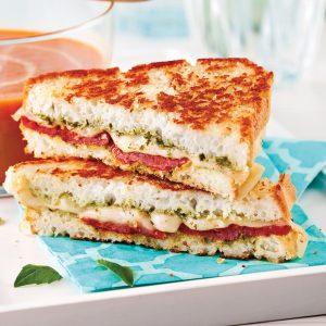 Grilled cheese sans gluten au pesto et aux tomates séchées