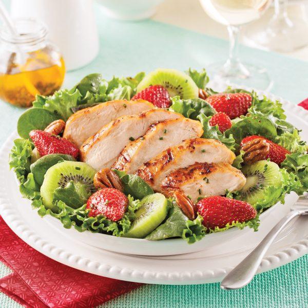 Salade-repas au poulet grillé, fraises et kiwis