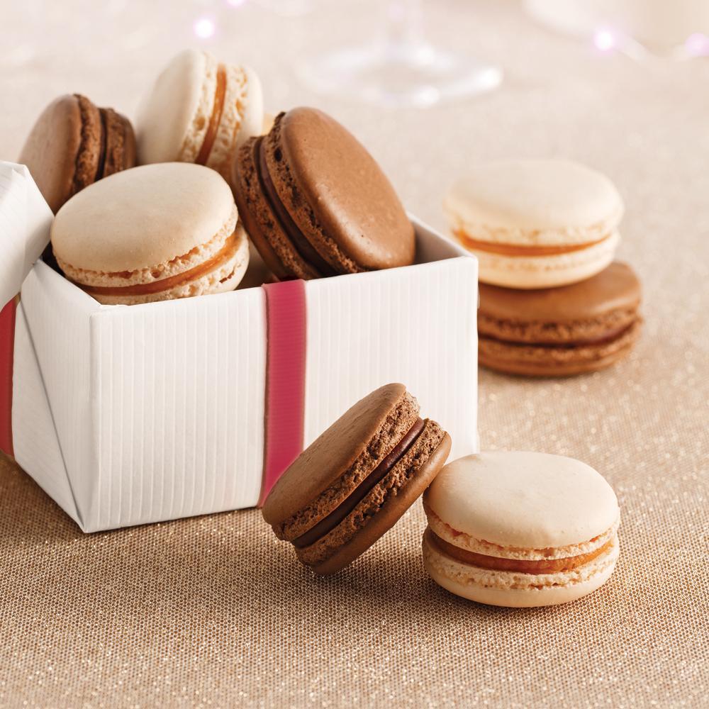 Macarons au chocolat et macarons au caramel salé