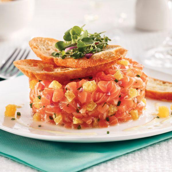 Tartare de saumon à l'orange et chips de pain
