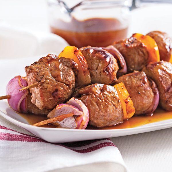Brochettes de porc, sauce sucrée