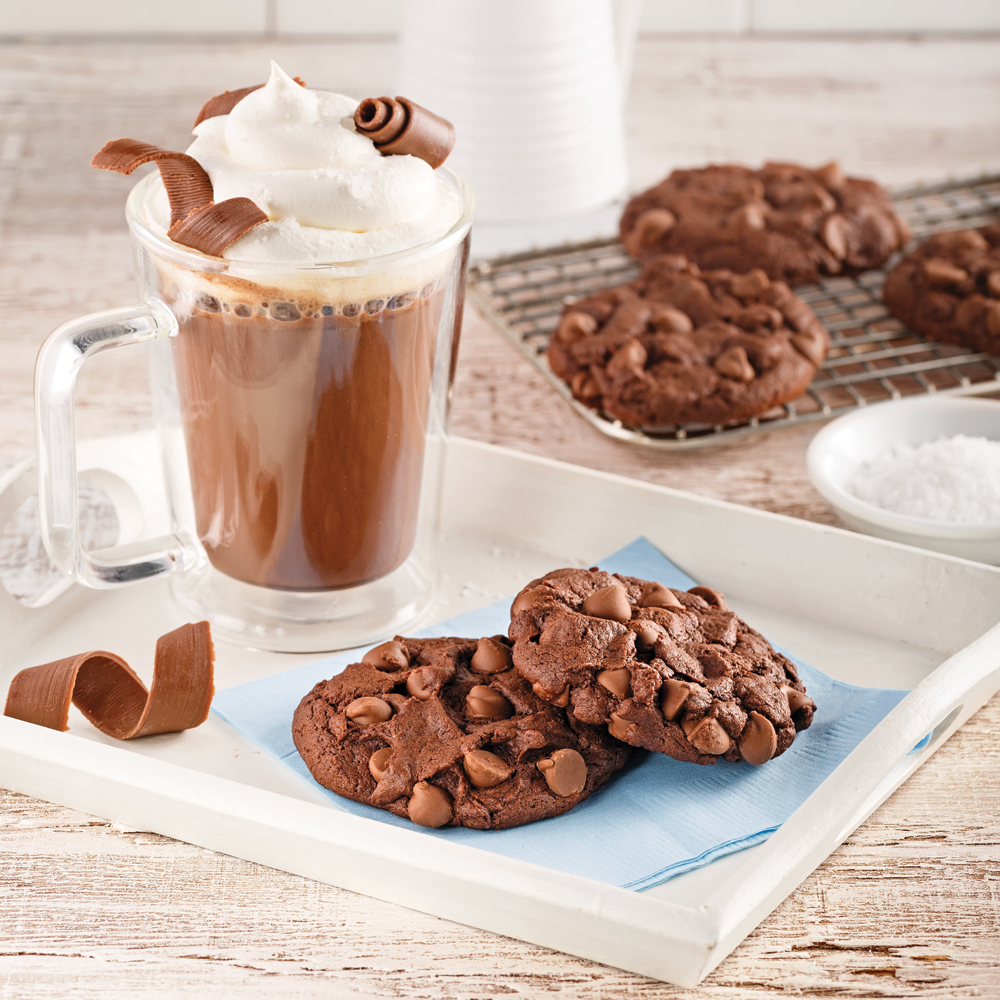 Chocolat chaud gourmand à la fleur de sel et biscuits décadents double chocolat