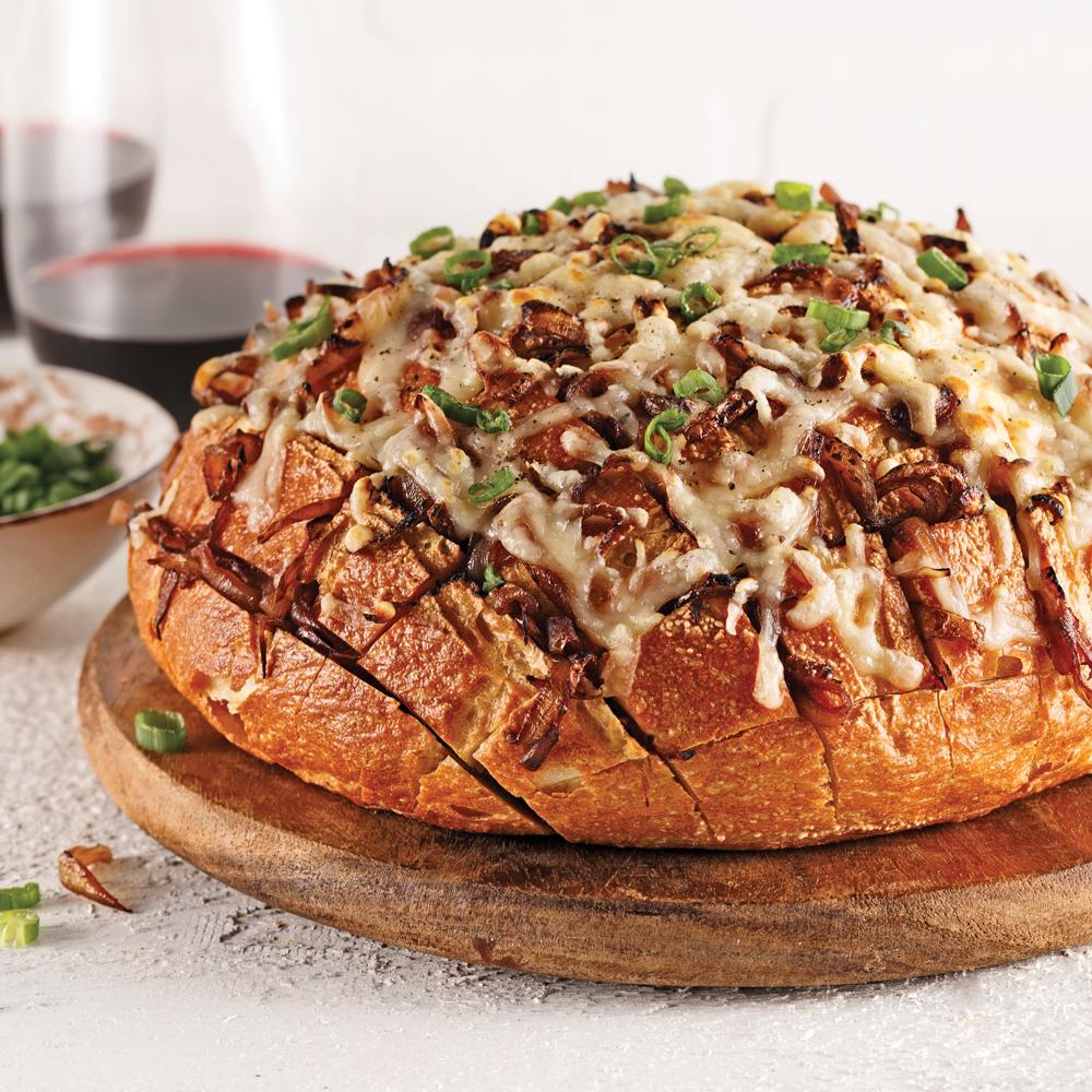 Miche de pain farcie aux oignons confits et gratinée au fromage Oka