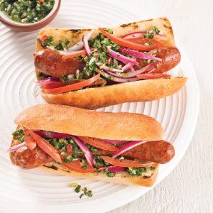 Hot-dog aux oignons rouges, tomates et sauce chimichurri