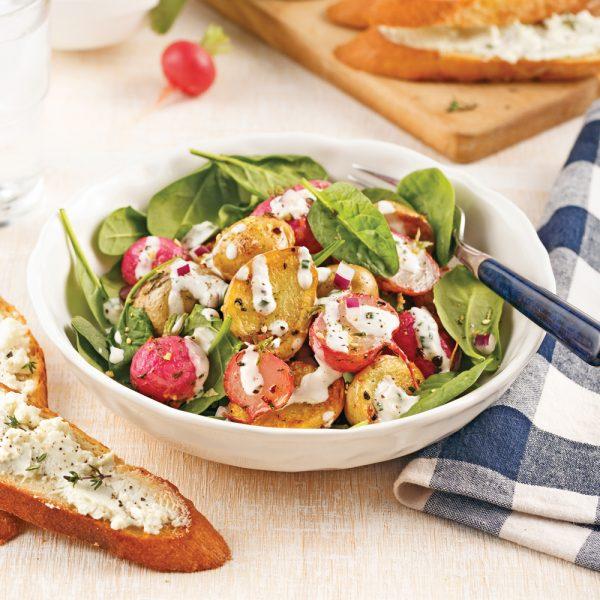 Salade tiède aux pommes de terre et radis avec croûtons au fromage de chèvre