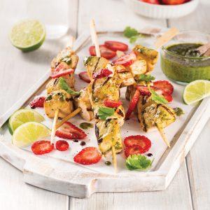 Brochettes de poulet épicées à la coriandre, salsa de fraises
