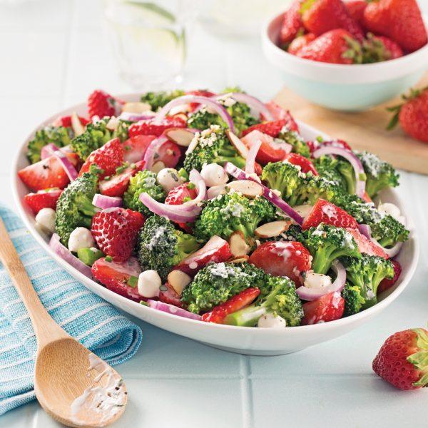 Salade de fraises et brocoli, sauce crémeuse