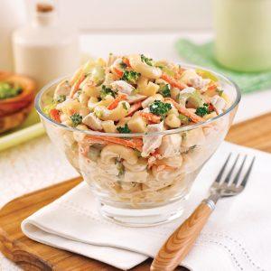 Salade de macaronis au poulet et légumes