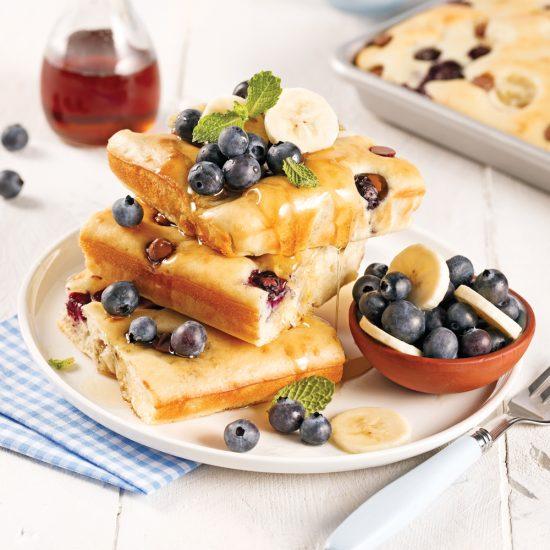 Gâteau-pancake aux bananes, bleuets et chocolat