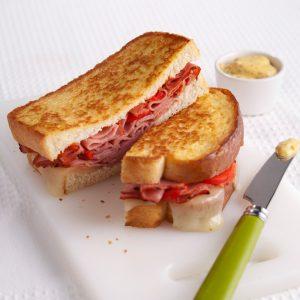 Grilled cheese croustillants au smoked meat