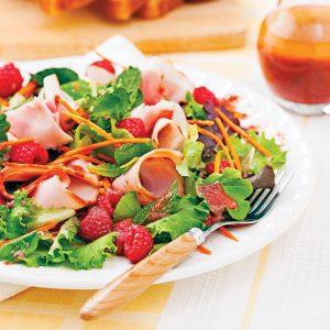 Salade printanière au jambon et framboises