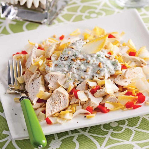 Salade de poulet aux endives et noix