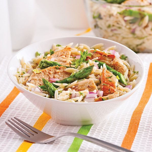 Salade d'orzo, asperges et poulet grillé