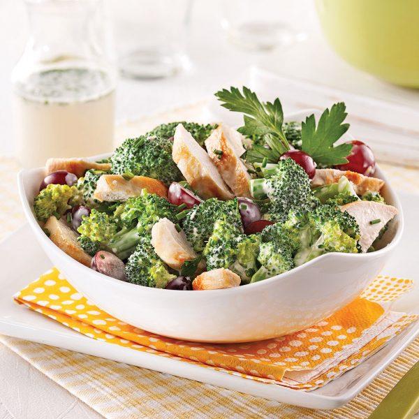 Salade de brocoli au poulet et raisins