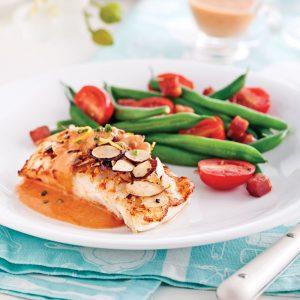 Filets de poisson avec sauce rosée et amandes