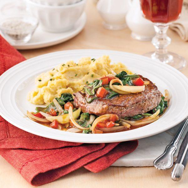 Boeuf aux épinards, tomates et oignon
