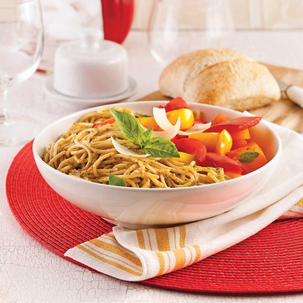 Spaghettis au pesto de roquette et poivrons