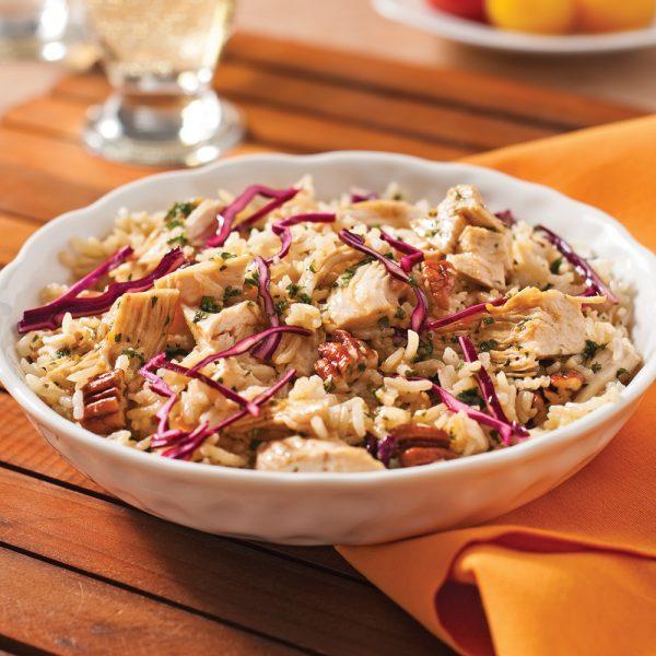 Salade de riz au poulet, chou rouge et pacanes rôties