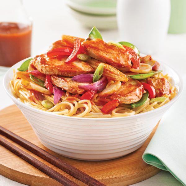 Poulet asiatique sur nouilles chinoises