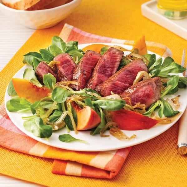 Salade de boeuf aux pêches et oignons caramélisés
