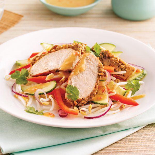 Salade thaï au poulet en croûte d'arachides