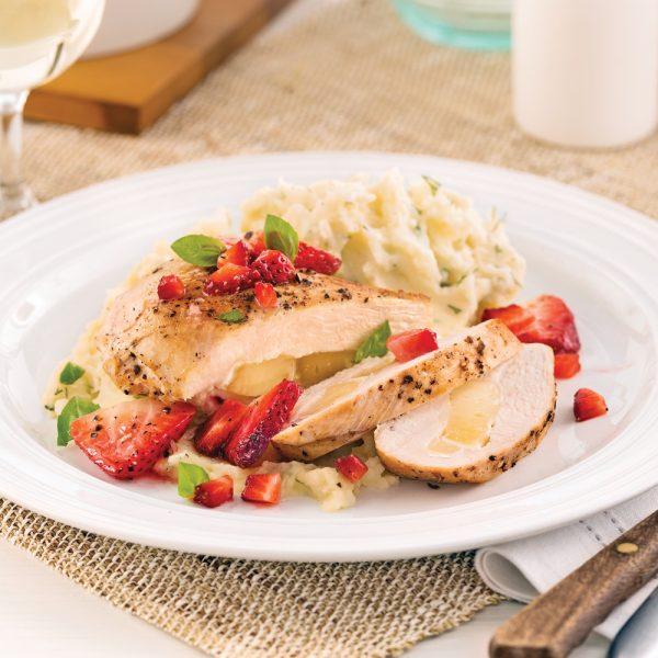 Poitrines de poulet farcies au brie, sauce fraises et basilic