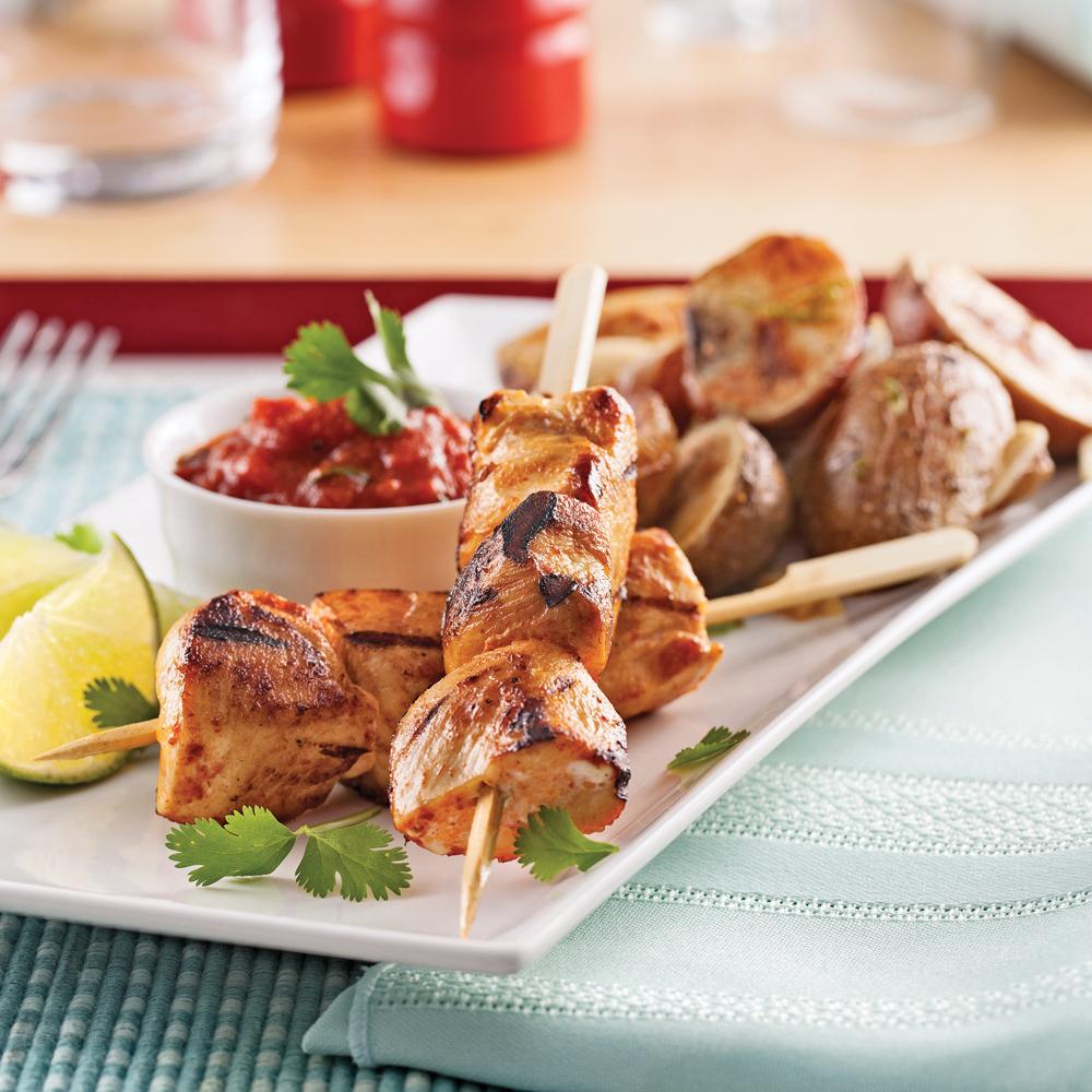 Brochettes de poulet, sauce épicée aux tomates