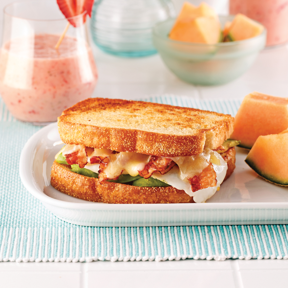 Grilled cheese aux oeufs, bacon et avocats