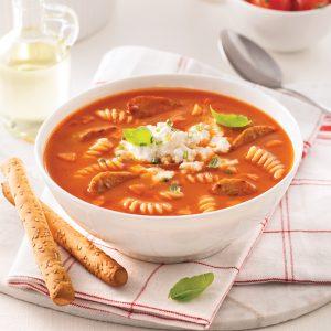 Soupe-repas aux tomates, pâtes et saucisses