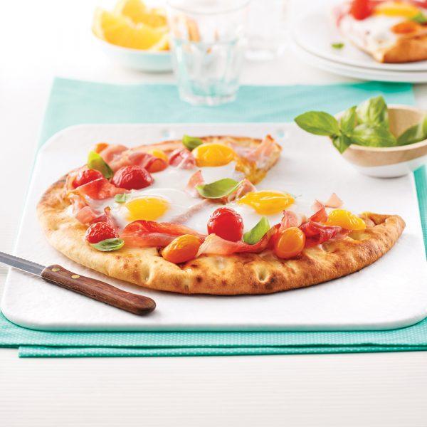Pizza déjeuner au jambon et tomates cerises