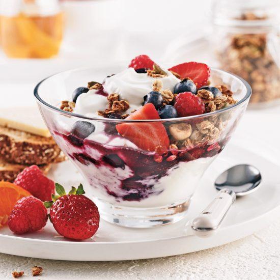 Coupe au yogourt, fruits et granola