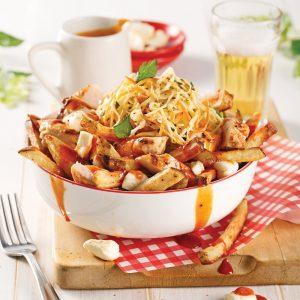 Poutine au poulet et salade de chou, sauce barbecue