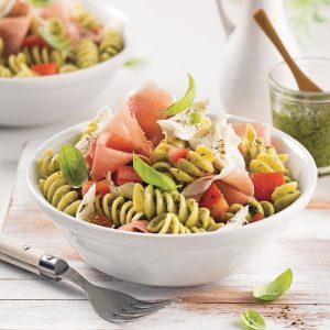 Salade de rotinis au pesto, tomates et prosciutto