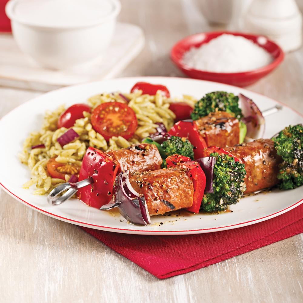 Brochettes de saucisses et légumes