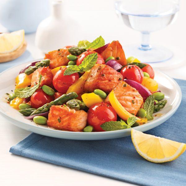 Saumon, edamames et légumes sur la plaque