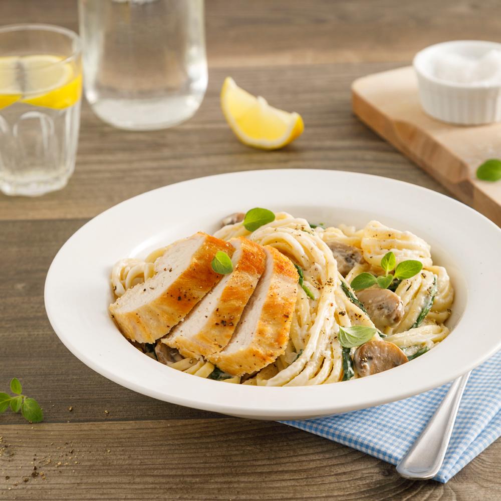 Linguines Alfredo au poulet, champignons et épinards