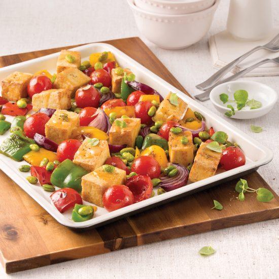Tofu, edamames et légumes sur la plaque