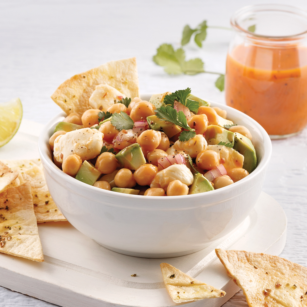 Salade de pois chiches, avocats et fromage en grains