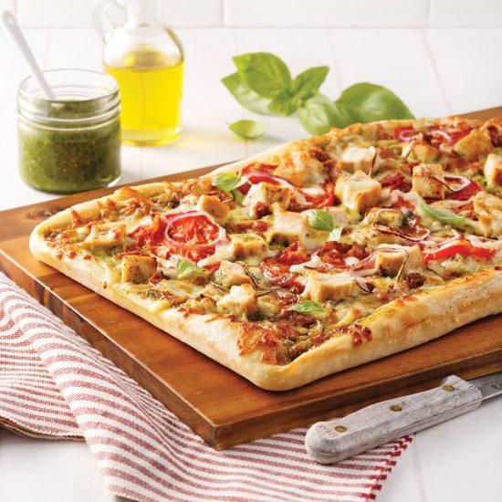 Pizza au poulet, sauce au miel et pesto