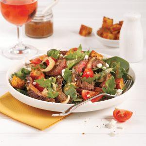 Salade tiède de bavette de boeuf et oignons caramélisés