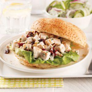 Kaiser à la salade de poulet et canneberges