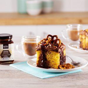 Poke cake marbré au caramel chocolat noir et miel