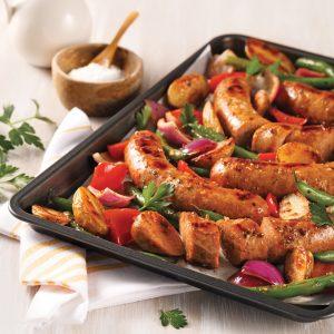 Saucisses et légumes à l'italienne sur la plaque
