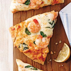 Pizza aux crevettes et épinards