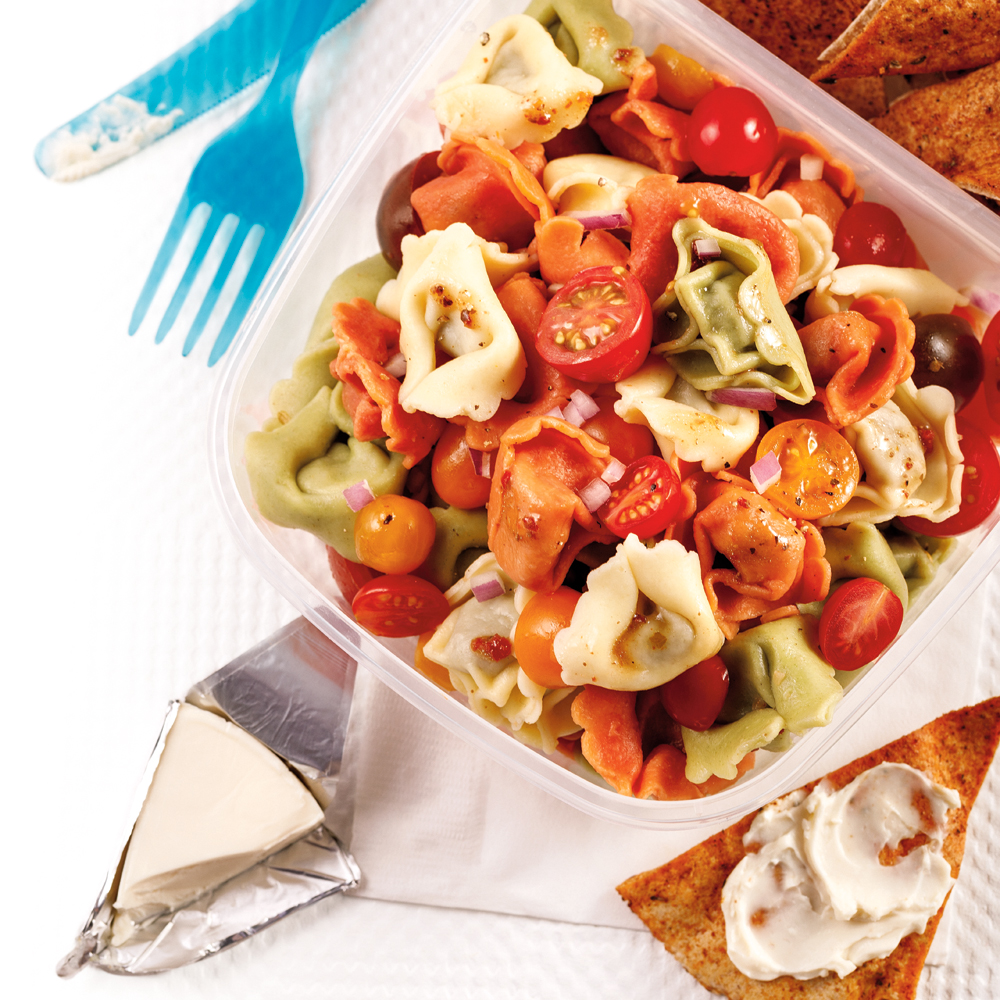 Salade de tortellinis, fromage La Vache qui rit et pitas grillés
