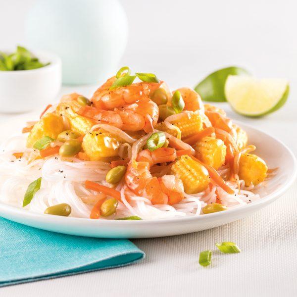 Crevettes et légumes asiatiques aigres-doux sur vermicelles de riz