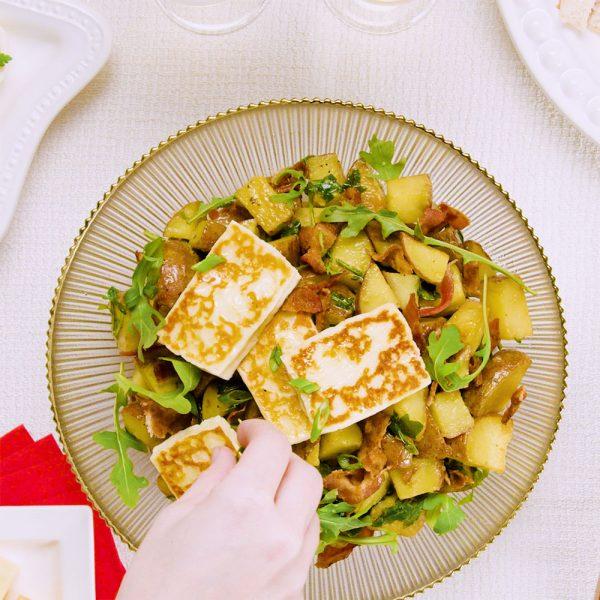 Salade tiède de pommes de terre, halloumi et bacon